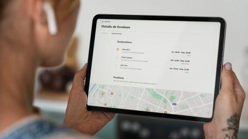 Ipad dans les mains avec tableau de bord shippr intégré dans Deliverect